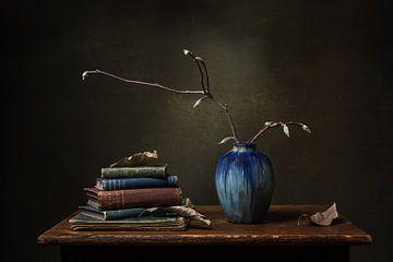 Stillleben mit blauer Vase und alten Büchern von Emajeur Fotografie