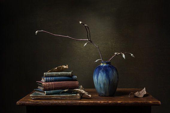 Stilleven met blauwe vaas en oude boeken