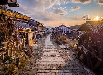 Zonsondergang in Magome in de Kiso Vallei, Japan van Teun Janssen
