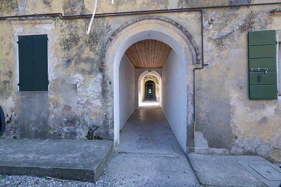 Oneindige gang in een oud gebouw Italië