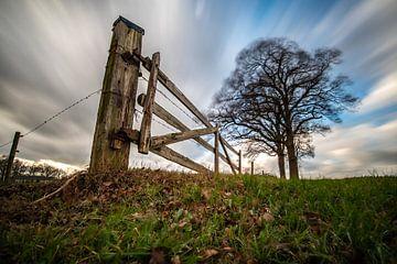Landschap, harde wind, wolkenlucht,hek sur Frank Slaghuis