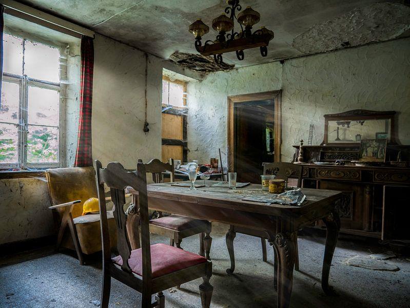 Kleiner Raum in baufälligem Haus von Art By Dominic