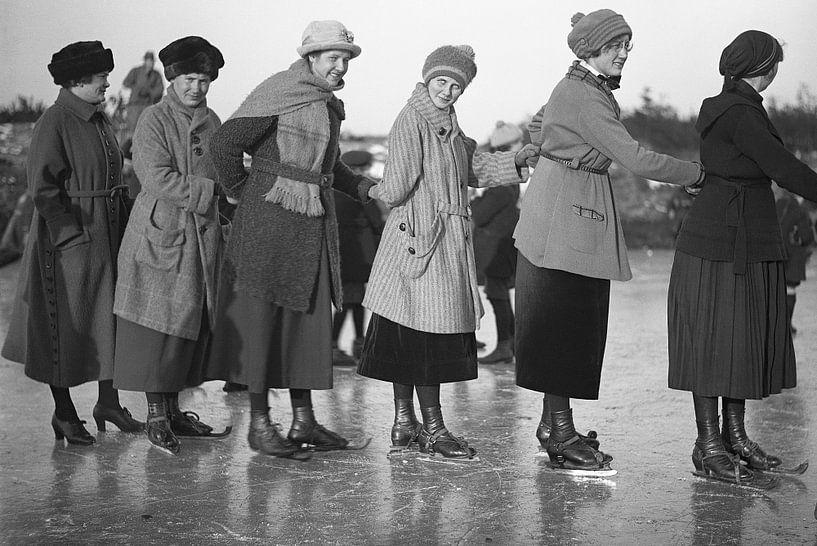 Schaatsen 1918 van Timeview Vintage Images
