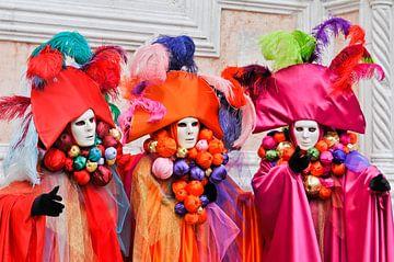 Drie gemaskerde vrouwen op het carnaval in Venetië van Lars-Olof Nilsson