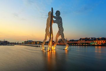 L'homme à la molécule - Coucher de soleil dans le vieux port de l'Est