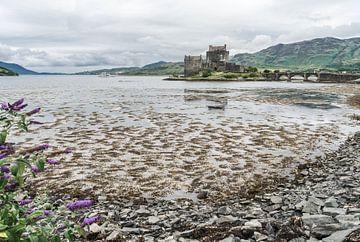 Eilean Donan Castle bij laag water. von Floris van Woudenberg