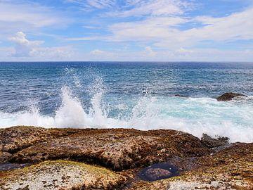 Ozean Welle die gegen einen Felsen prallt - weiße Gischt vor türkisblauem Wasser von MPfoto71