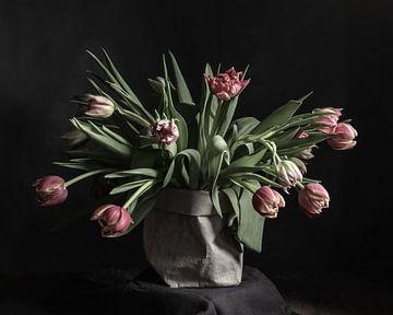 Tulpen in einer Papiervase | bildende Kunst Stillleben Farbfotografie | Wandkunst drucken von Nicole Colijn