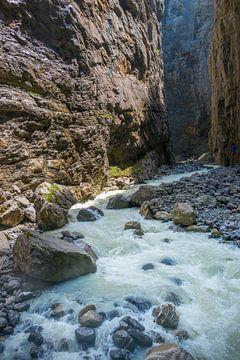 Kolkende rivier Lutschine in een kloof bij Grindelwald in Zwitserland van Peter Apers