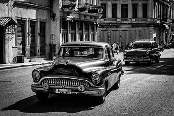 Oldtimer in de oude stad van Havana Cuba in zwart-wit van Dieter Walther
