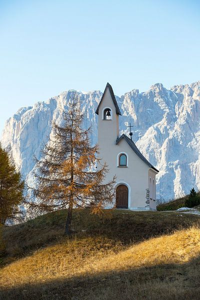 Kleines Kirchlein vor dem großen Berg von Rudolf Brandstätter