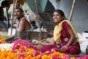 Blumen Garlands Verkäufe in Indien von Cora Unk