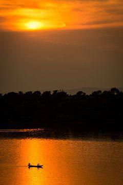 Fischer bei Sonnenuntergang / Afrikanische Landschaft / Naturfotografie / Uganda von Jikke Patist