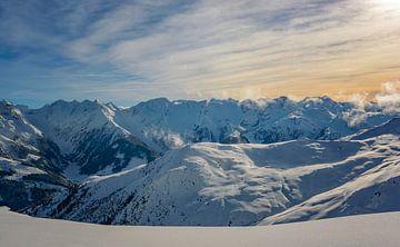 Panoramisch uitzicht in de Tiroler Alpen in Oostenrijk in de winter van Sjoerd van der Wal