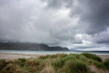 Strand, duinen en kliffen op Achill Island, Ierland van Bo Scheeringa Photography