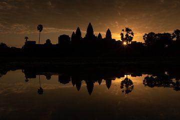 Lever de soleil doré au temple d'Angkor Vat - Siem Reap, Cambodge sur Thijs van den Broek