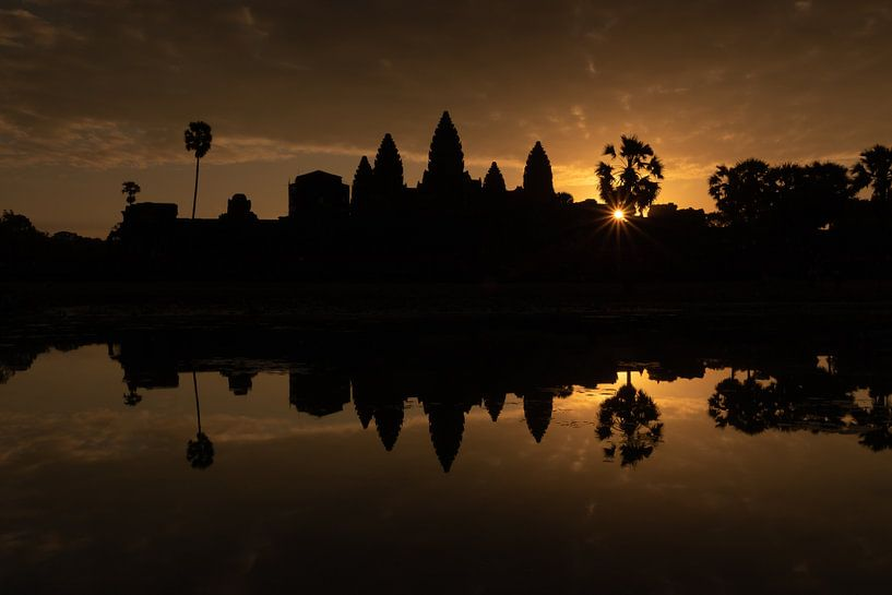 Gouden zonsopgang bij de tempel van Angkor Wat - Siem Reap, Cambodja van Thijs van den Broek