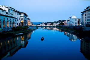 Gondel in avondlicht op een kanaal door Florence
