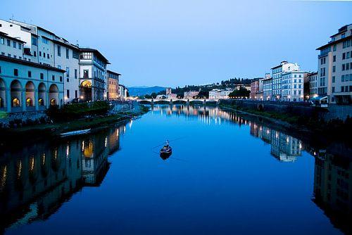 Gondel in avondlicht op een kanaal door Florence van