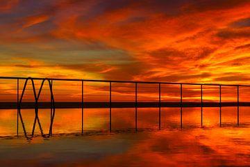 Zwembad bij zonsondergang sur Michel van Kooten