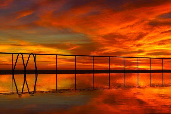 Zwembad bij zonsondergang