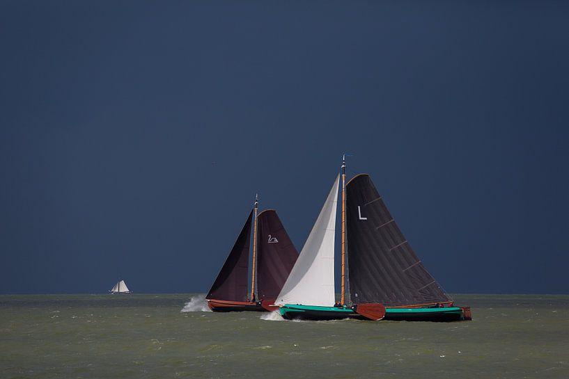 Skûtsjes op het IJsselmeer van Fonger de Vlas