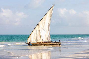 Oude traditionele zeilboot op het strand in Zanzibar van Michiel Ton