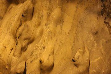 Zwerge oder Trolle auf goldgelber Höhlenwand. von kall3bu