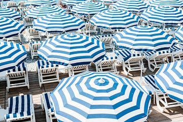 Blauwe parasols van Melanie Caitlin