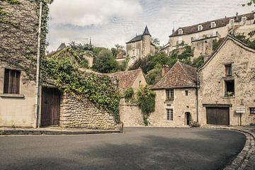 Scène de la Rue du Pont, Angles-sur-l'Anglin, France sur Art By Dominic