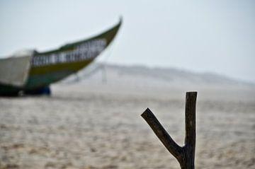 Vissersboot op strand van Marieke van der Hoek-Vijfvinkel