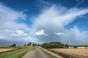 Zicht op de Westhoek-Friesland met een stevige wolkenpartij