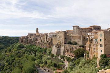 Toskanische Stadt Pitigliano von MDRN HOME
