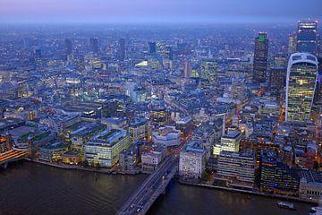Luftaufnahme von London bei Sonnenuntergang mit Stadtarchitektur und der Themse in England von Nisangha Masselink