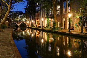 Sfeervol avondbeeld van de Oudegracht en Twijnstraat aan de Werf in de binnenstad van Utrecht van