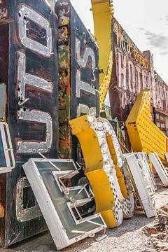 Neon borden in een vervallen Las Vegas van Bas Fransen