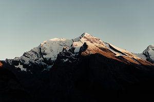 De zon gaat onder tussen de bergen van Zwitserland (ll) van Jordy Brada