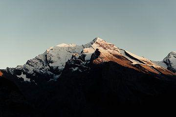 Die Sonne geht zwischen den Bergen der Schweiz unter (ll) von Jordy Brada