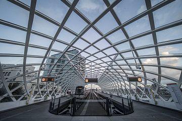 De metrolijn bij Den Haag centraal station. van Claudio Duarte