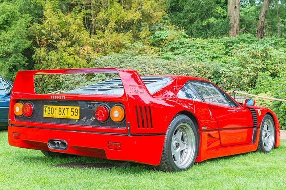 Ferrari F40 supercar in rood achteraanzicht