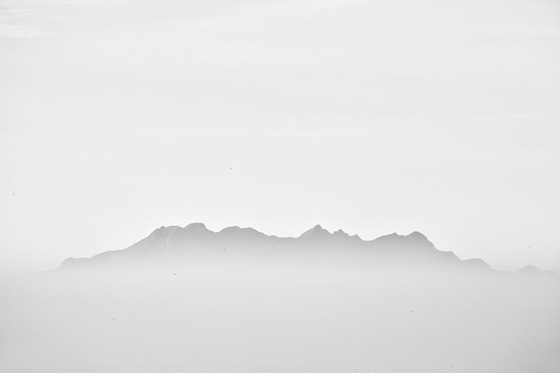Berg opdoemend uit de ochtendmist van Johan Zwarthoed