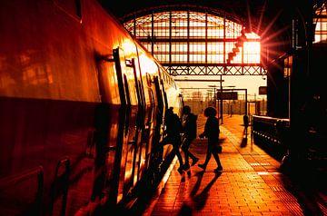 Reizgers stappen in een trein op Den Haag Hollands Spoor van Rob Kints