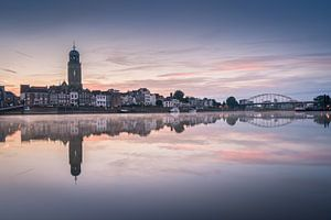 Deventer skyline bij een rustige zonsopkomst van Edwin Mooijaart