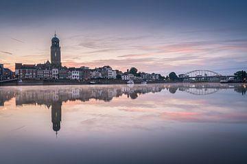 Deventer skyline bij een rustige zonsopkomst