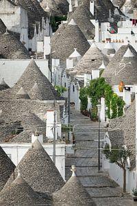 Verlaten straat met trulli huizen in Alberobello, Apulië