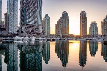 Rustige Dubai Marina bij zonsopgang van