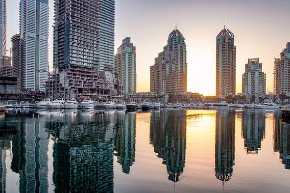 Rustige Dubai Marina bij zonsopgang van Rene Siebring
