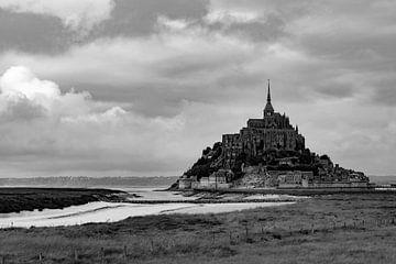 Het prachtige eiland Mont Saint-Michel in zwart/wit van Robbert De Reus