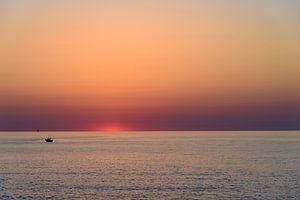 Zonopkomst boven zee van