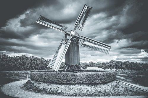 Nederlandse windmolen in oude vestingstad